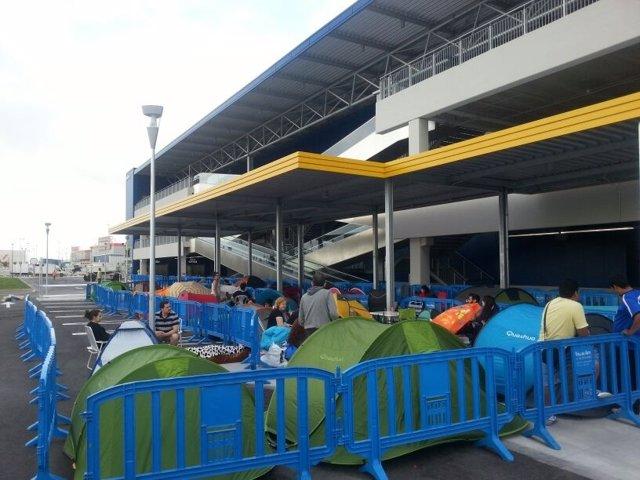 Decenas de personas pernoctan junto a la tienda de Ikea en Alfafar.