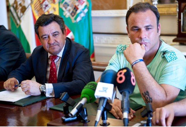 El presidente de la Diputación de Cádiz, José Loaiza, con el cocinero Ángel León
