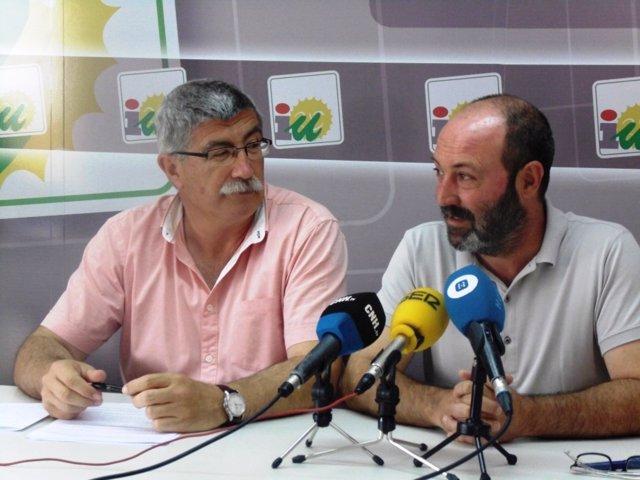 El coordinador provincial de IULV-CA, Pedro Jiménez, y Juan Manuel Arazola.