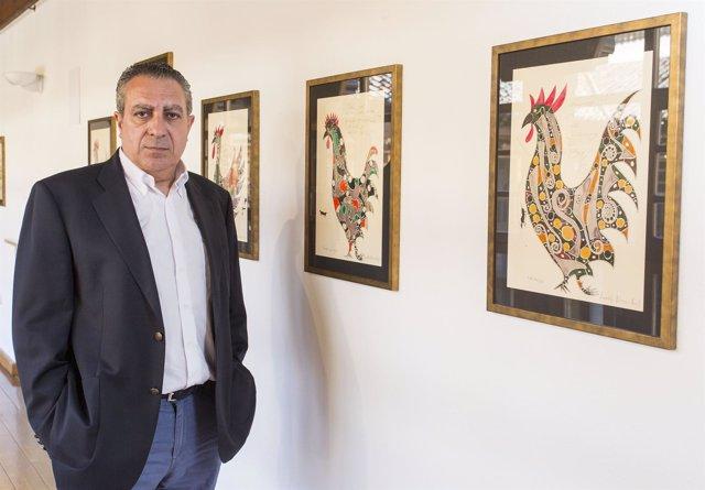 El artista Adolfo Alonso Ares, en su exposición 'El arte del vino'