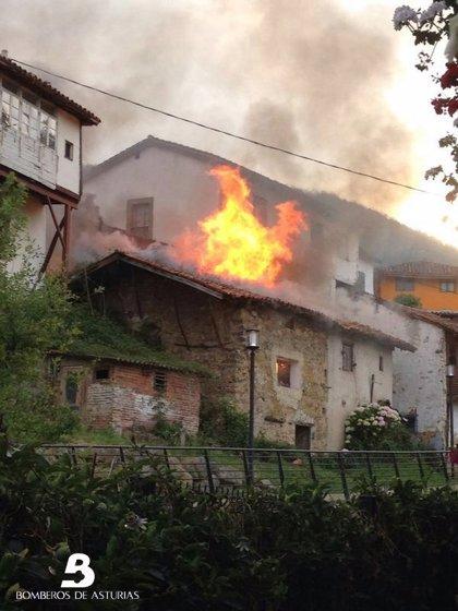 Los bomberos apagan incendios urbanos en Avilés y en Salas