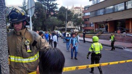 Un civil y dos policías heridos en un atentado con bomba contra un centro policial en Bogotá
