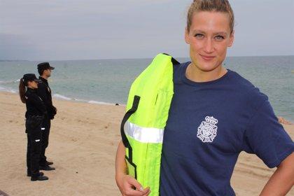 La catalana Mireia Belmonte participa en una campaña de la Policía contra los ahogamientos