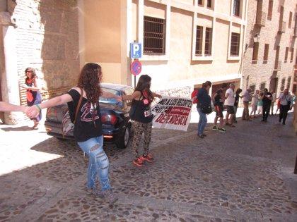 """Una cadena humana recorre Toledo para pedir """"pan, techo y dignidad"""""""