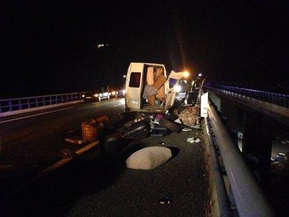 Un herido grave y cinco leves al reventar un neumático de la furgoneta en la que viajaban