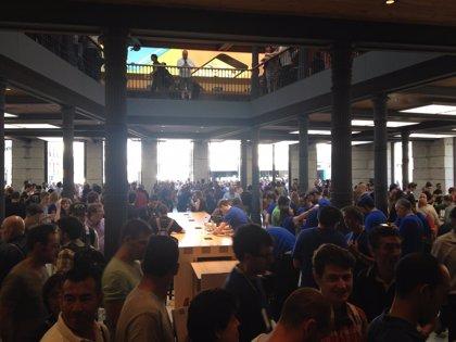 Así de llena estaba la Apple Store Puerta del Sol en su apertura