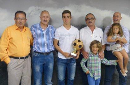 CANTABRIA.-El juvenil del Racing David Concha, galardonado con el trofeo Valor Canterano de la peña Chiri