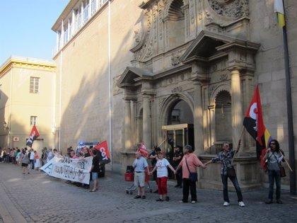 """Unas 200 personas rodean el Parlamento de La Rioja para """"poner fin al atropello de la dignidad colectiva"""""""