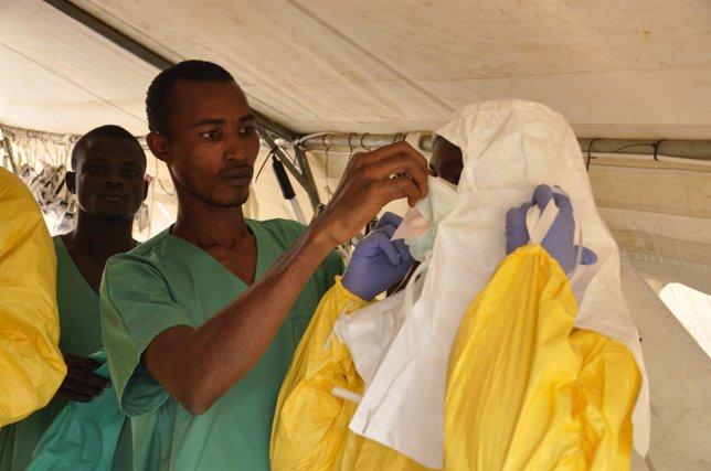 Miembros del equipo médico de MSF se preparan para atender a pacientes de Ébola