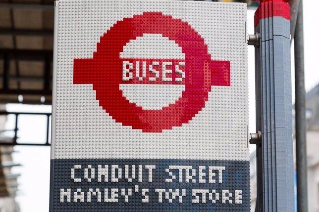 Parada de bus en Londres invadida por Legos