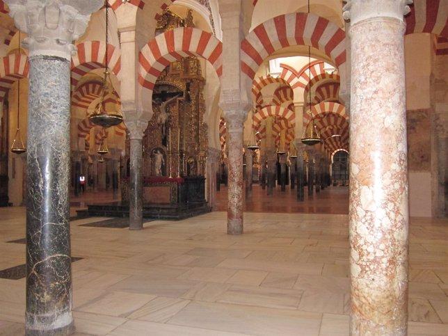 Interior de la antigua mezquita y Catedral de Córdoba