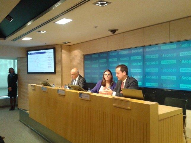 Izq: Josep Oliu, Mónica de Oriol y Xavier Sánchez (Esade)