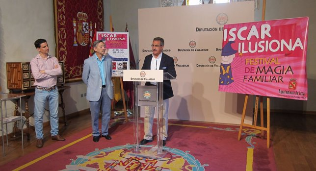 Samuel y Jorge Arribas (izq) acompañan a Alejandro García en la presentación