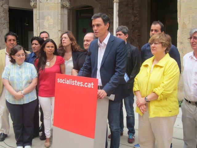 El aspirante a liderar el PSOE Pedro Sánchez, con cuadros del PSC