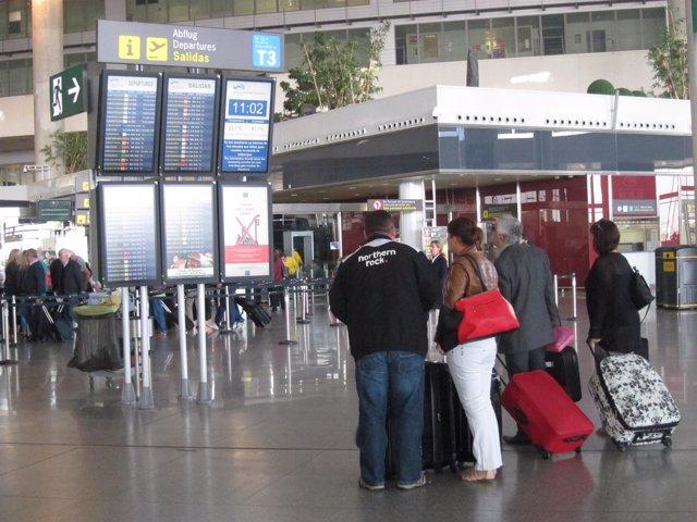 Pasajeros aeropuerto de málaga-Costa del sol turistas vuelos maletas viajes