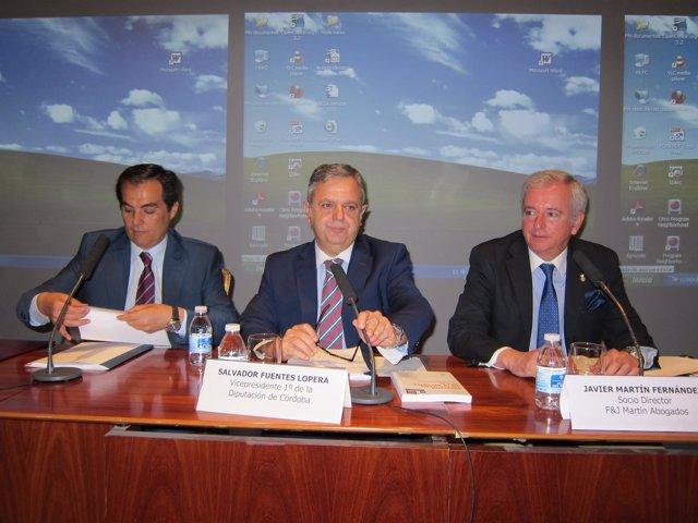 Fuentes (centro), entre Nieto y el abogado Javier Martín