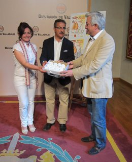 Macu Moral sostiene una caja de pastas de Portillo con Alejandro García y Alonso