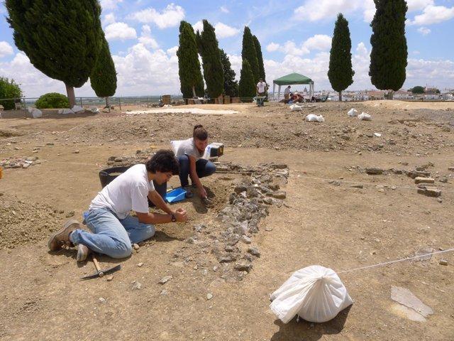 Alumnos del máster de Arqueología hacen prácticas en Itálica