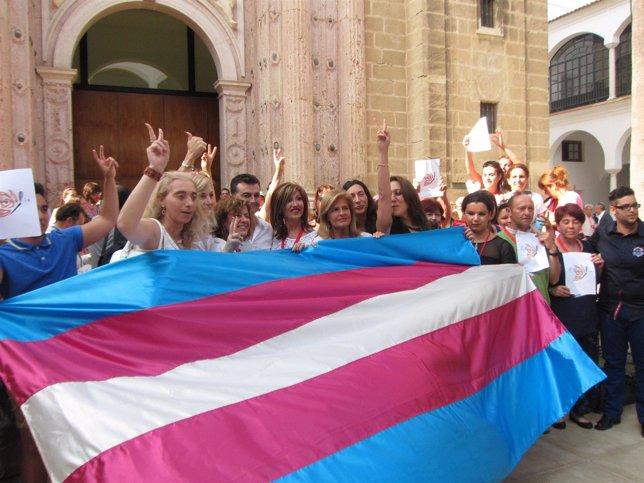 Representantes de ATA junto con representantes políticos tras aprobarse la ley