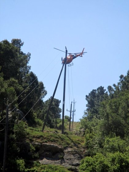 Endesa renueva una línea de media tensión en Vimbodí i Poblet con helicóptero