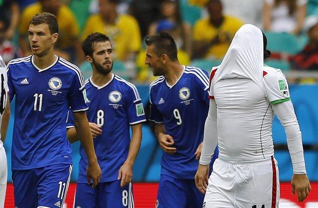 Dzeko, Pjanic e Ibisevic, de Bosnia, celebran el gol ante Bosnia