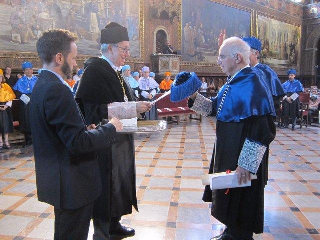 El rector de la UB inviste doctor Honoris Causa a Alfred Lewis Goldberg