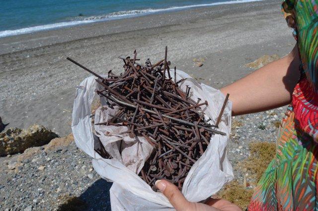 Clavos encontrados en una playa de nerja tras san juan