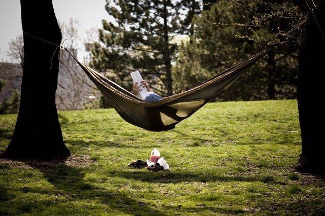 Persona descansando en una hamaca