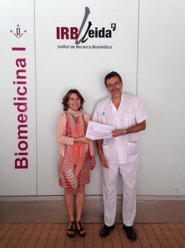 Drtor.IRBLleida, X.Matias Guiu, recoge aportación de la asoc.Beca Marta Stamaria