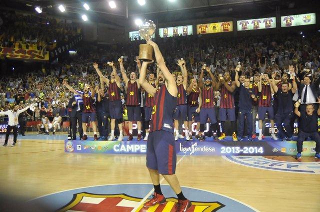 Juan Carlos Navarro levanta el título de Liga