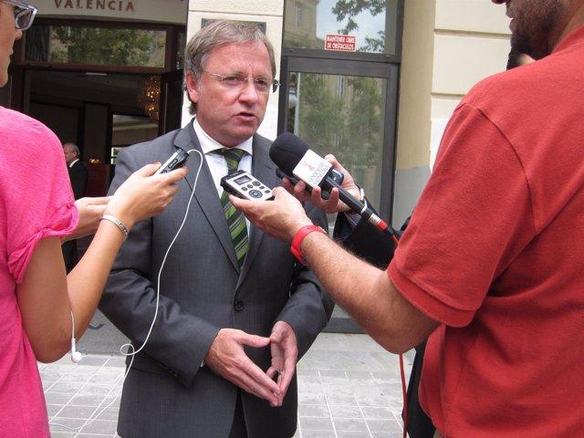 El conseller de Hacienda, Juan Carlos Moragues, atiende a los periodistas.