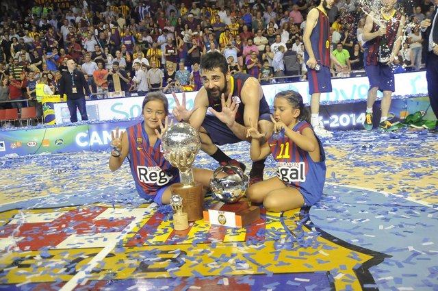 Juan Carlos Navarro celebra el título con sus dos hijas