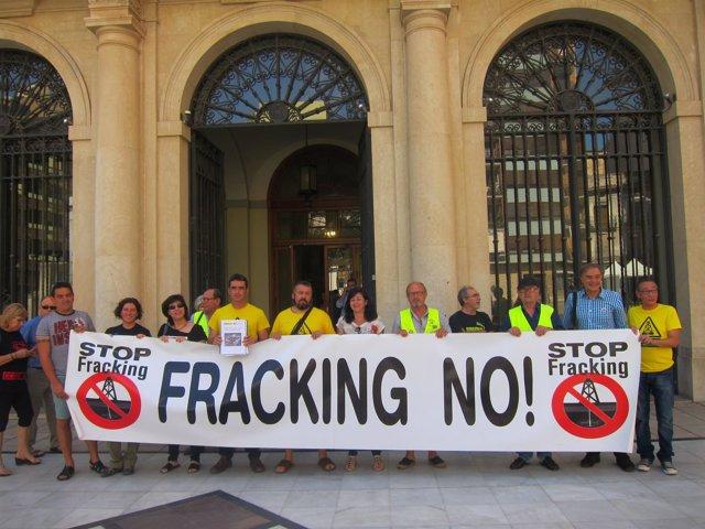 La Plataforma Anti-fracking entrega el informe del IGME en Diputación