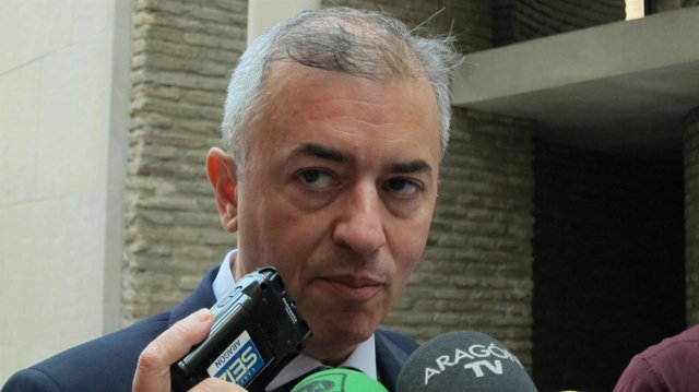 Javier Campoy atendiendo a los medios en las Cortes de Aragón
