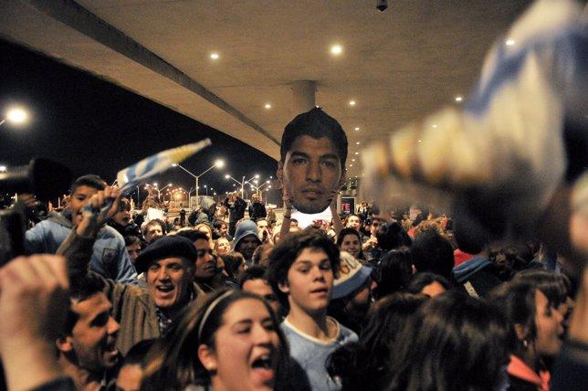 Seguidores de Uruguay esperan la llegada del futbolista Luis Suárez.