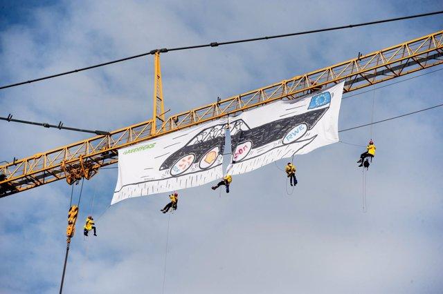 Activistas de Greenpeace despliegan una pancarta en Bruselas