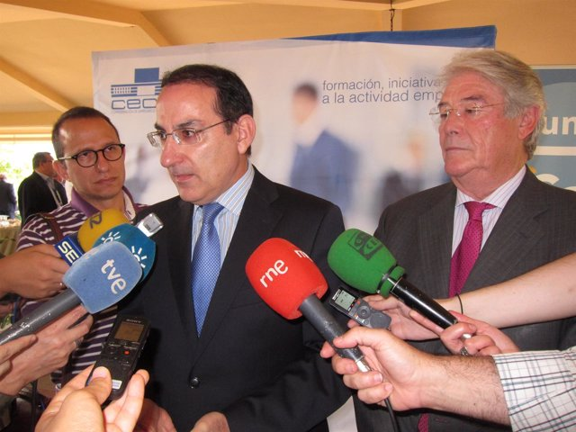 Javier González de Lara atiende a los medios con Luis Carreto