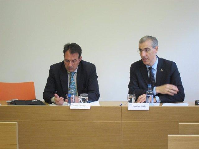 El conselleiro de Economía, Francisco Conde, con el cluster de la madera