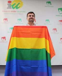 Antonio Maíllo con la bandera del orgullo gay