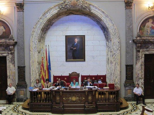 Pleno del Ayuntamiento de Valencia con la imagen de Felipe VI presidiéndolo