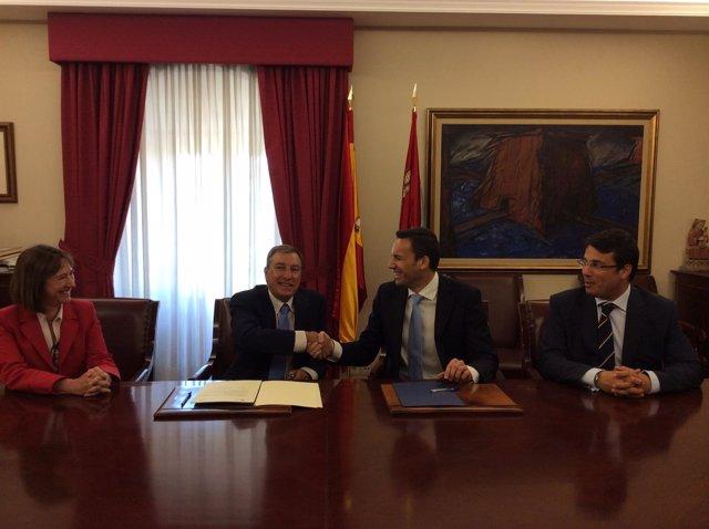 Juan José Mateos firma el convenio con Antonio Norberto Mateos, de Intel