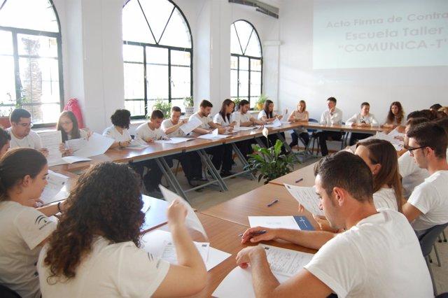 Alumnos de  la ecuela taller ' Comunica T' de Alcalá de Guadaíra.
