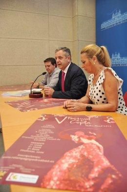 Fuentes (centro), junto a la alcaldesa, con el cartel en primer plano