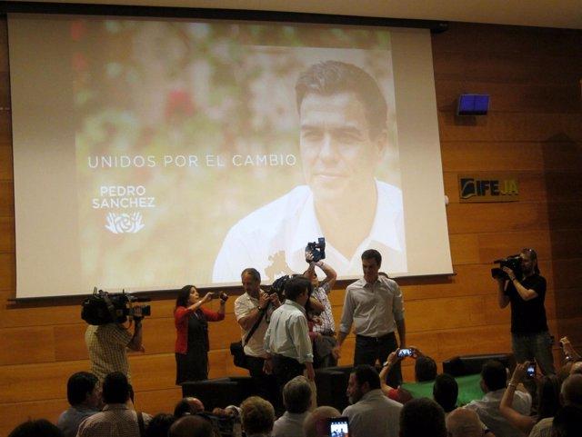 Sánchez saluda a militantes del PSOE de Jaén antes de participar en el acto.