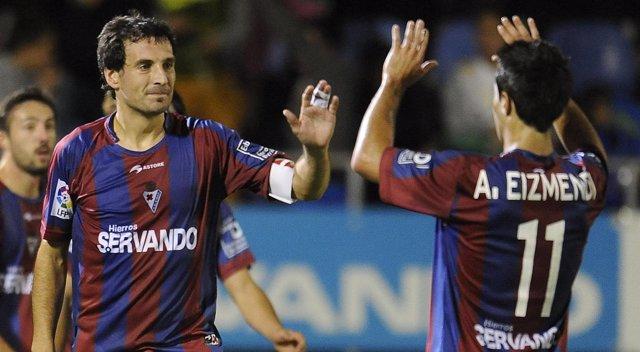 Mikel Arruabarrena celebra un gol con el Eibar