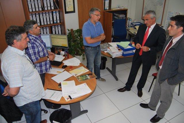 Carlos Mor con trabajadores de la D.O. Jamón de Teruel.