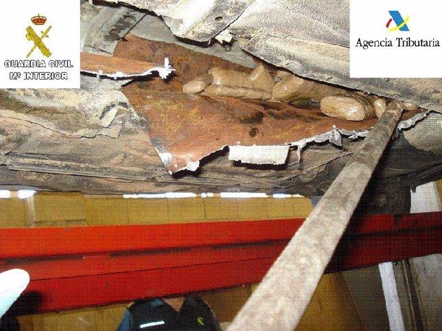 Zona de un vehículo donde se ocultaba la droga en el Puerto de Melilla
