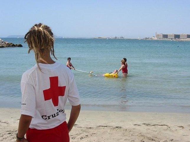 Vigilante de cruz Roja en una playa valenciana
