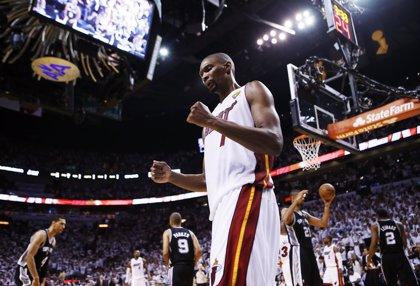 Bosh emula a LeBron y Wade y se inscribe como agente libre