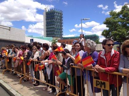 Unas 200 personas reciben a los Reyes en Valladolid entre aplausos en su tercer viaje desde la proclamación